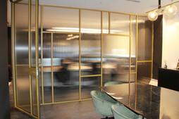 צביעת מחיצת אלומיניום במשרד אדריכלים.JPG