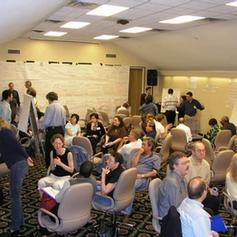 בקבוצות, המשתתפים מנתחים את המגמות בעבר שיכולות להיות להן השלכות על ההווה והעתיד של הארגון