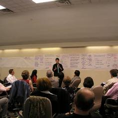 המנחים מתדרכים את המשתתפים על תכנית הכנס ועל תפקידי המשתתפים