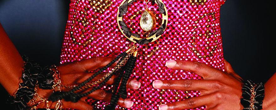 thierry régnier bijoux robe tricot de perles en verre et collier femme en métal doré et cr