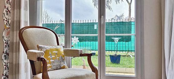 fauteil voltaire coussin jaune balcon terrasse jardin paisible