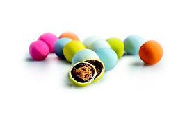 Μπισκότο, σοκολάτα γάλακτος με γεύσεις & λεπτή επικάλυψη ζάχαρης. Χρώματα: Πολύχρωμο, Λευκό – βανίλια, Ροζ – φράουλα, Γαλάζιο – zabaglione, Κίτρινο – μπανάνα, Πορτοκαλί – πορτοκάλι, Φούξια – αγριοκέρασο, Πράσινο – καρπούζι κ.α.