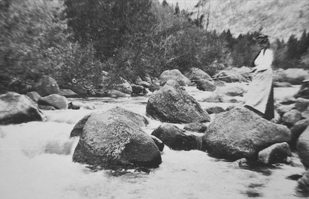 Women fishes in Sinks Canyon in 1910