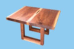 Nussbaum-Couchtisch im Book-Match-Design mit Live-Edge-Tischkanten und natürlicher Aussparung