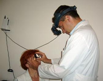 Обратная офтальмоскопия с помощью офтальмоскопа налобного бинокулярного