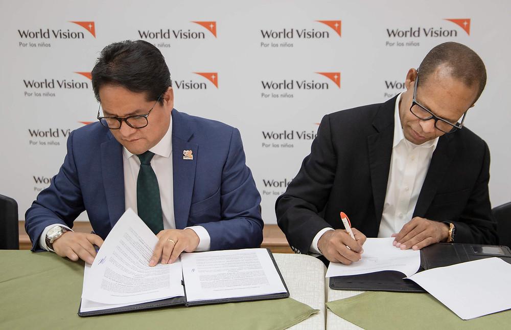 Juan Carlo Ramírez, director de World Vision República Dominicana junto a Luis Soto, pastor de la Iglesia El Renuevo