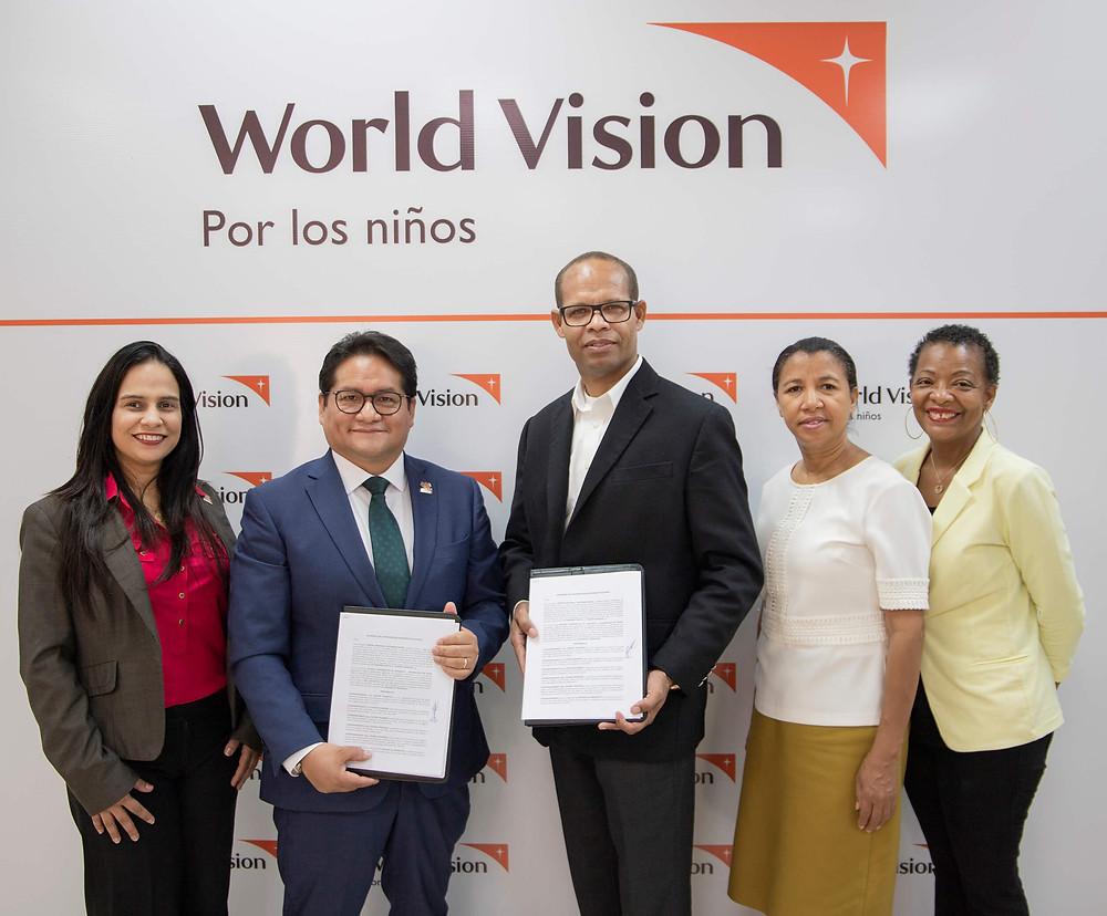 Juan Carlo Ramírez, director de World Vision República Dominicana junto a Luis Soto, pastor de la Iglesia El Renuevo firmando el acuerdo