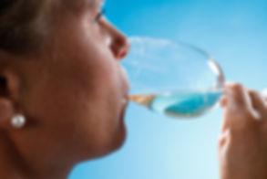 dame drikker glass med rueda hvitvin mil