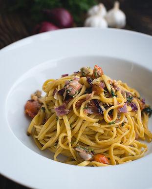 Linguini pasta fresca con eneldo y verdu