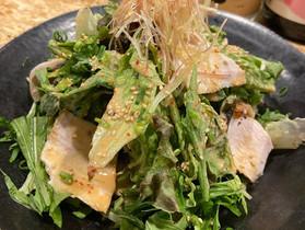 5月の新メニュー「蒸し鶏と葉野菜の胡麻だれサラダ」