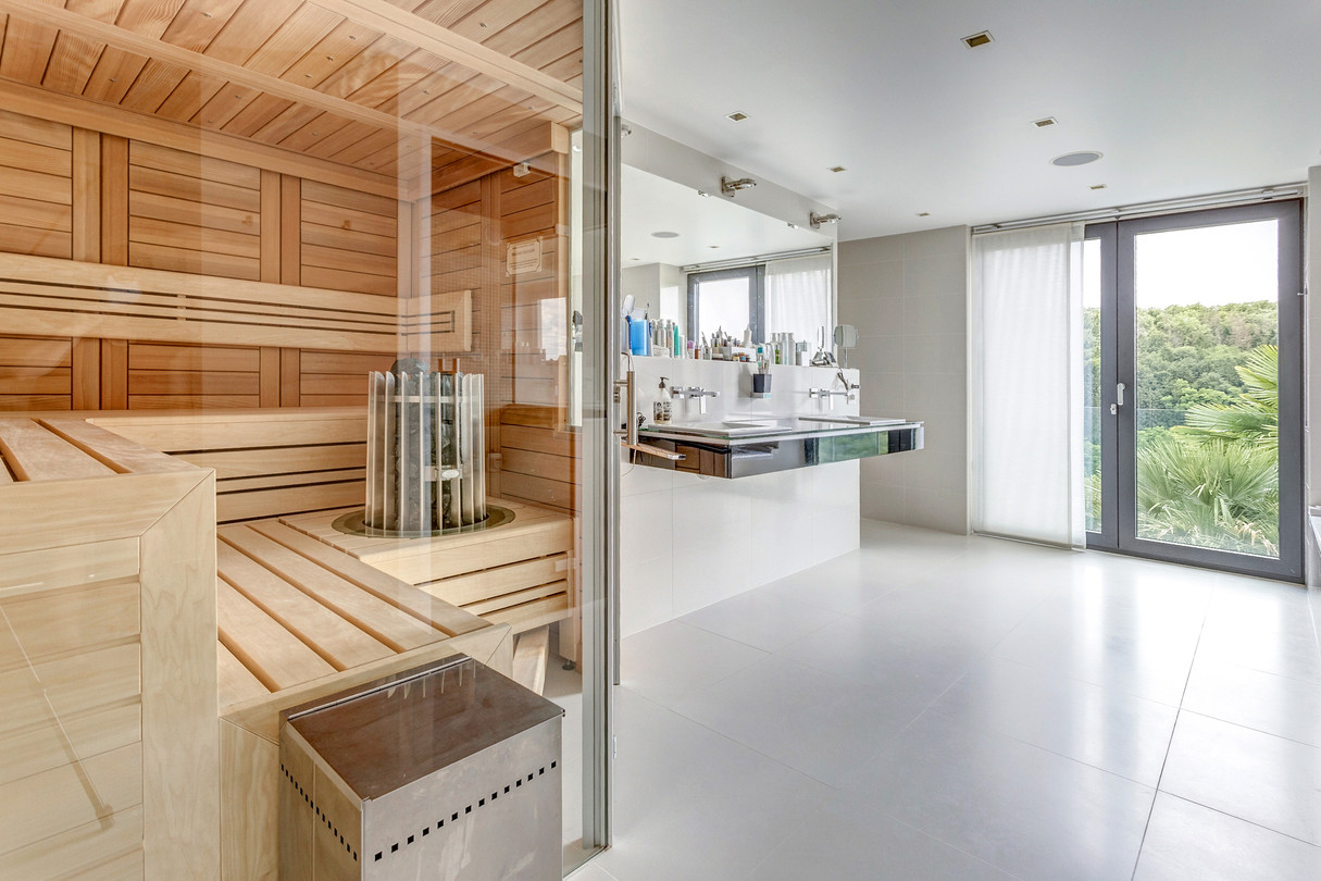 A sauna, a jacuzzi, a steam shower ... a true wellness centre
