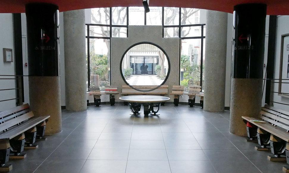 Cinéma_des_Lumières_-_Bancs,_table,_meub
