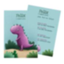 Je vindt hier een geboortekaartje met een paarse dinosaurus op een zanderige achtergrond tussen groene struikjes. Stoer, schattig, vrolijk, jongen, dieren kaartje - schuine versie