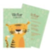Je vindt hier een geboortekaartje met een stoere tijger tussen de jungle bladeren. De geboortekaartjes zijn ontworpen door illustrator Karen Vandelaer.