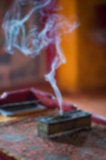 Mongolie - Fumée d'encens dans un temps bouddhiste / Mongolie - Smoke incense in a buddhist temple