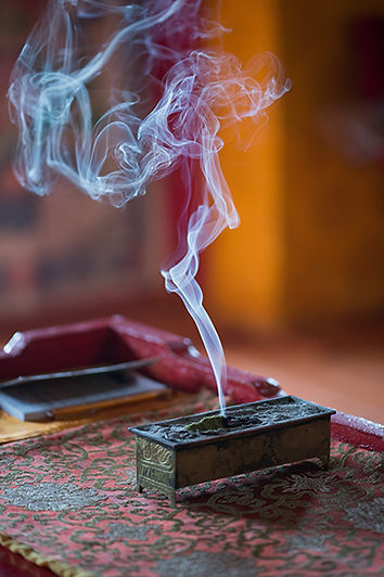 Mongolie - Fumée d'encens dans un temps bouddhiste / Mongolie - Smoke incense in a buddhist temple