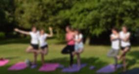 Yoga évènementiel. Rencontres sportives, enterrement de vie de jeunes filles, activités entre filles. Yoga fun