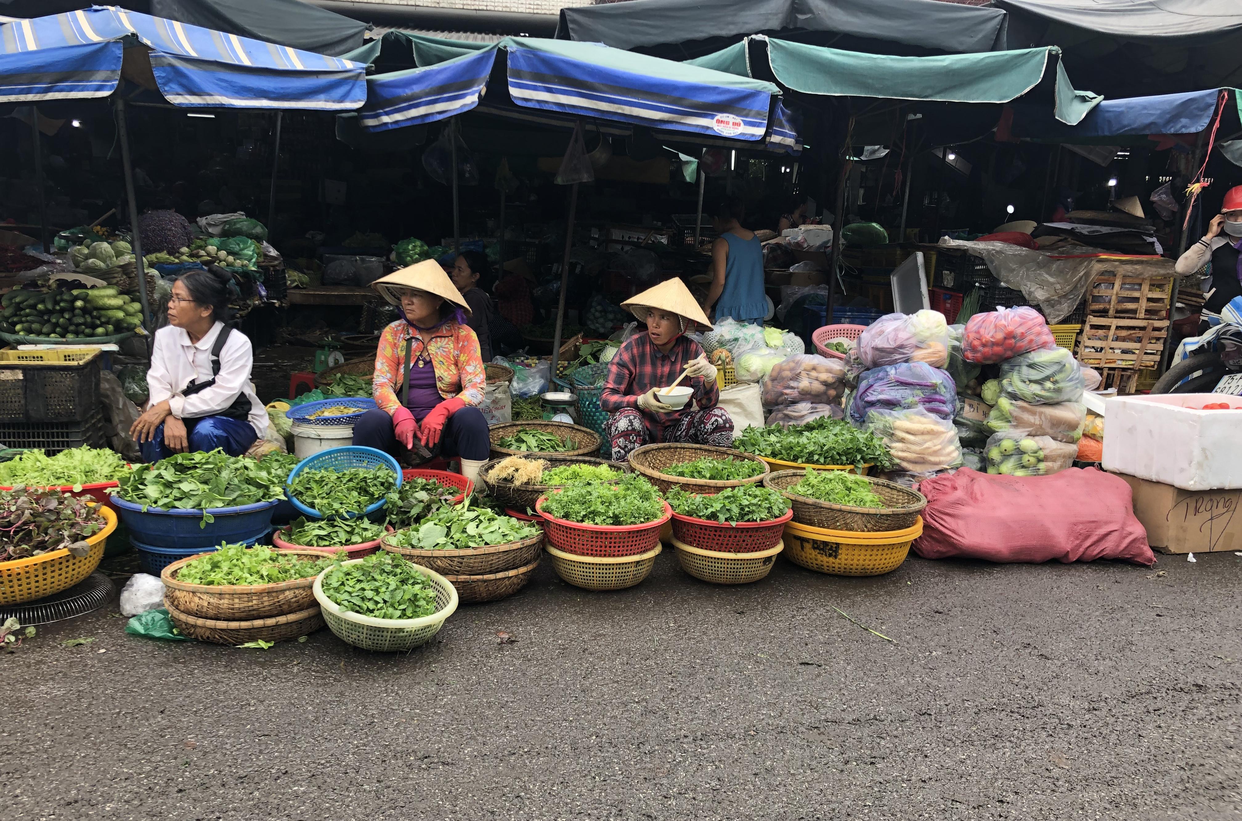 Women in Long Ba Market_Hue