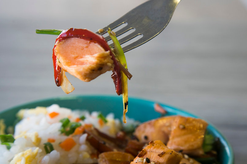 Wok de Salmón Teriyaki con yakimeshi (arroz salteado japones)