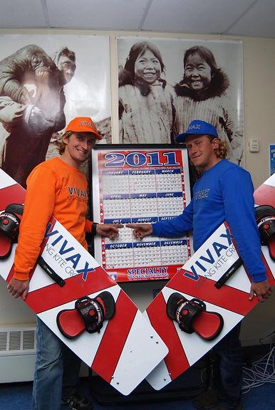 Спортсмены команды ЭКСТРИМ ВИВАКС СПОРТ показывают на календаре день своего прохождения через Берегнов пролив