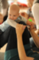 Baby får flyvetur på mors underben på 2-5 mdr. hold