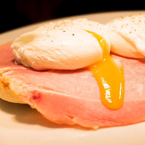 Poached eggs and ham on toasted muffin