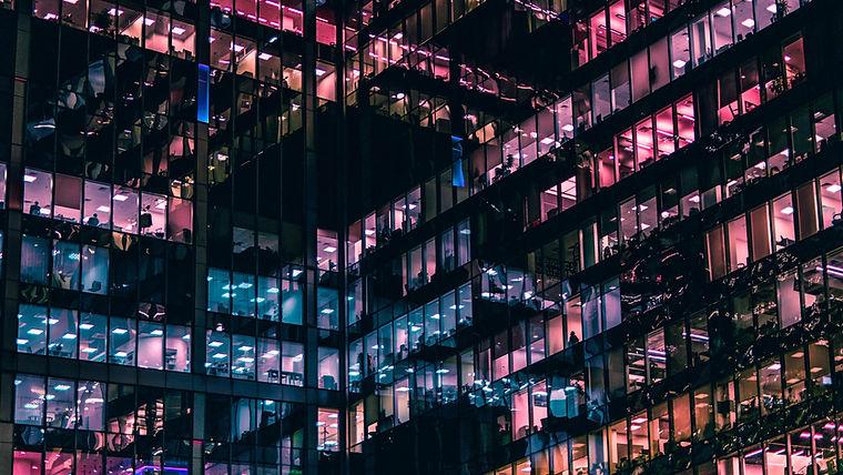 Edificio comercial en la noche