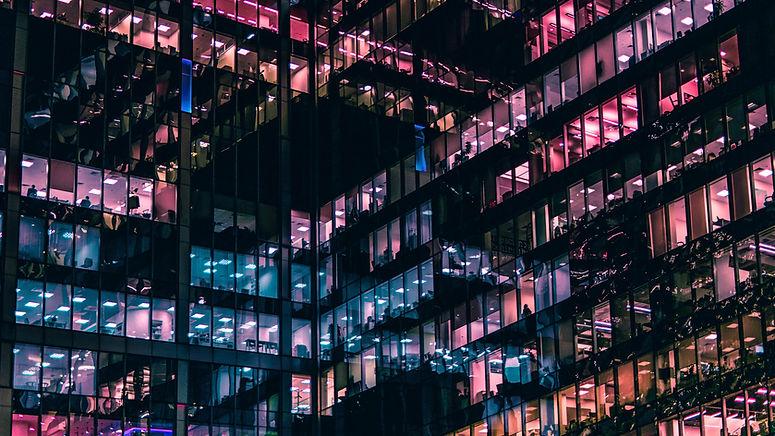Kommerzielle Gebäude nachts