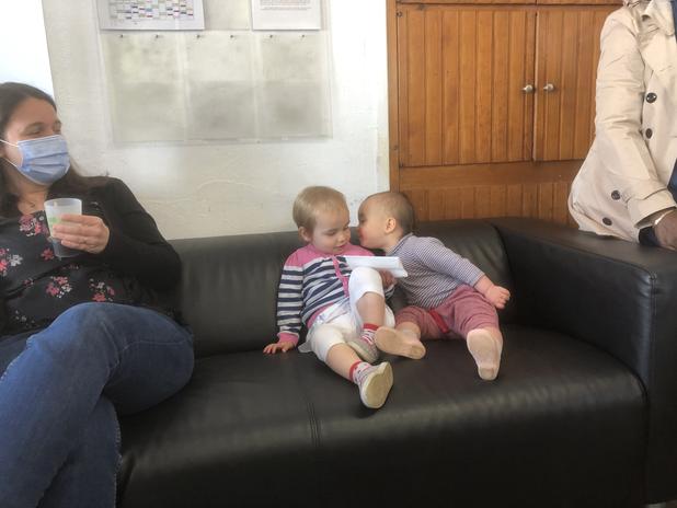 Des bébés contents de se retrouver au culte