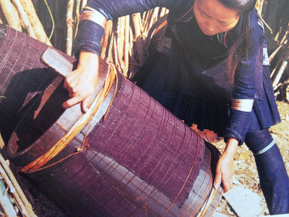 guizhou woman pleating skirt of paper crisp beaten indigo.