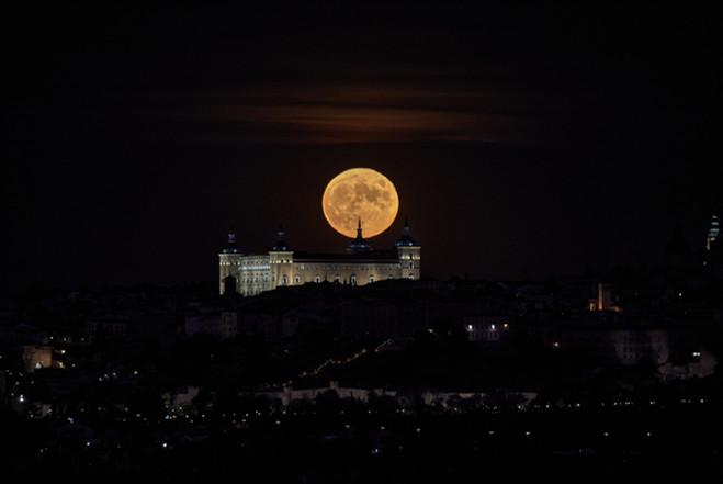 Luna llena sobre el Alcazar de Toledo