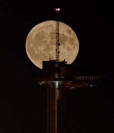 Luna Llena con el Faro de Moncloa