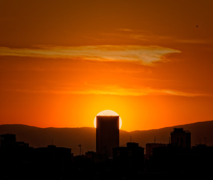 Sol poniéndose tras Torre Picasso