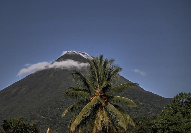 Nubes sobre el volcán Arenal