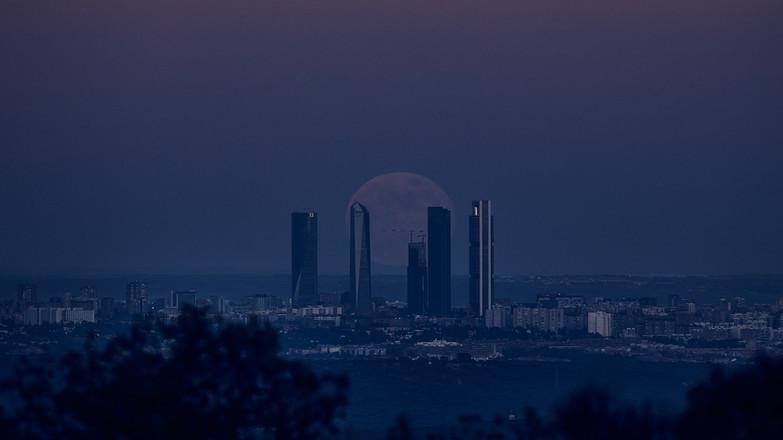 Luna llena entre las 5 Torres en hora azul
