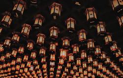 Lámparas en el cementerio