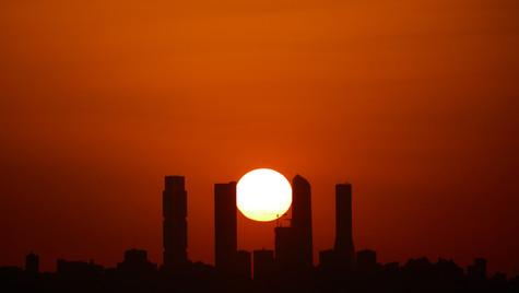 Sol entre las Torres de Madrid 2