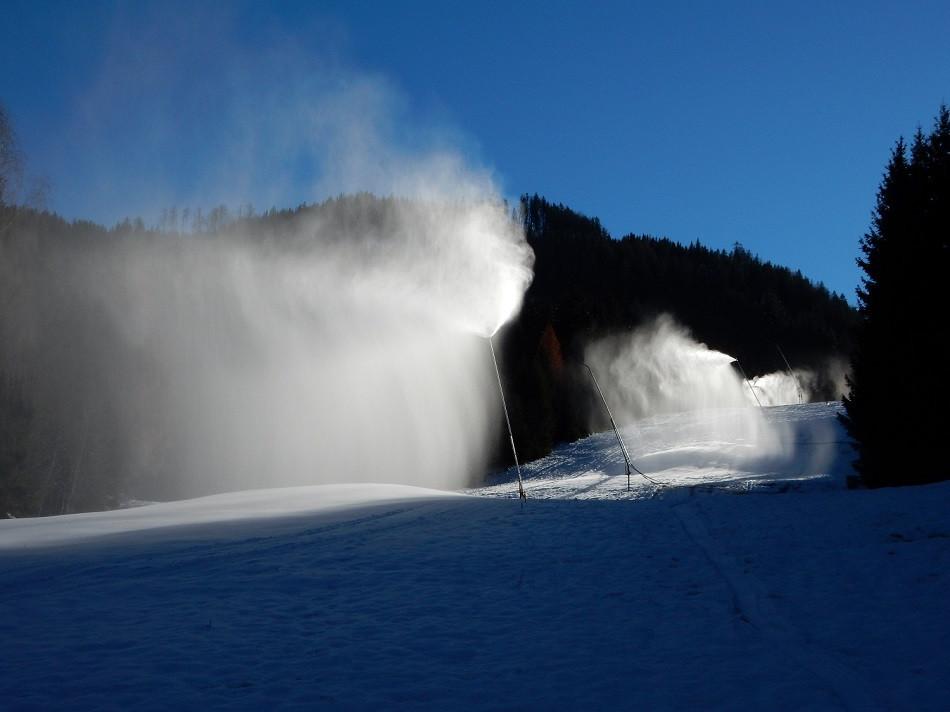 Schneelanzen auf der Skipiste