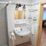 Badezimmer Wohnung 1 Haus Schmied.jpg
