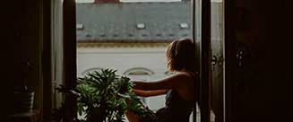 Mujer pensativa en la ventana