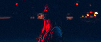 Mujer iluminada de rojo