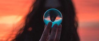Mujer con esfera de cristal