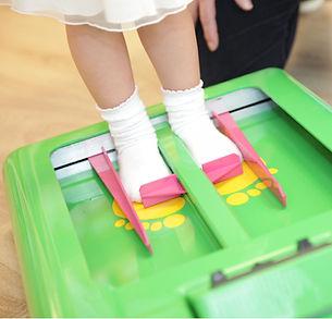 Die SMW-Schuhhäuser verfügen über elektronische Kinderfußmessgeräte, die entsprechend dem international anerkannten Weitenmaßsystem für Kinderfüße (WMS) entwickelt wurden. Mittels den Messgeräten kann nach wenigen Sekunden die perfekte Passform des Kinderfußes festgestellt werden! © SMW-Schuhhaus