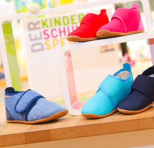 Slippers that have a healthy fit are of great importance at SMW-Schuhhaus! This is why you will only find sustainably produced slippers made of high-quality materials. We exclusively carry top brands, which are known for their high-quality slippers. These are for example Superfit, Naturino, Giesswein and many more! © SMW-Schuhhaus