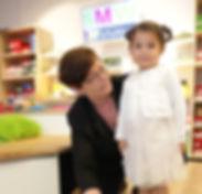 Inhaberin Mag. Jeanne Ligthart misst die Füßchen einer kleinen Kundin mittels elektronischem Kinderfußmessgerät. © SMW-Schuhhaus