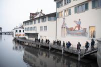 """Gemeinsame Passage entlang der Limmat währen des """"Gespräches zwischen Wasser und Zeit"""" an der langen Nacht der Philosophie in Zürich"""