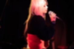ライブハウスで歌う女性