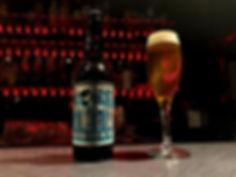 外国のビール瓶とグラス