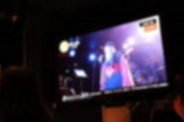 ライブハウスの動画を映すディスプレイ
