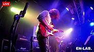 ライブハウスでギターを弾く人